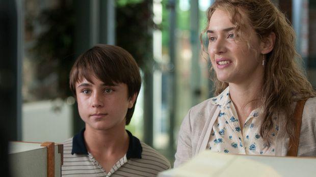 Die depressive und alleinerziehende Mutter Adele (Kate Winslet, r.) kümmert s...