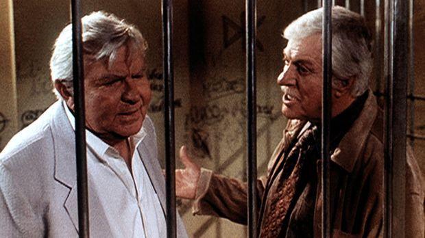 Mark (Dick Van Dyke, r.) bittet seinen alten Bekannten, den berühmten Anwalt...