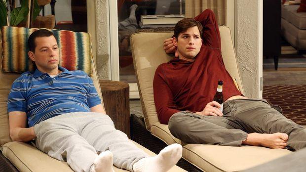 Auf Walden (Ashton Kutcher, r.) und Alan (Jon Cryer, l.) wartet ein ganz beso...