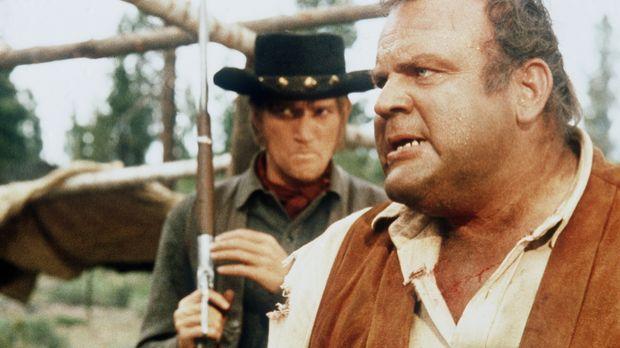 Hoss (Dan Blocker, r.) wird von Hatch (Luke Askew, l.), dem Aufseher des Skla...