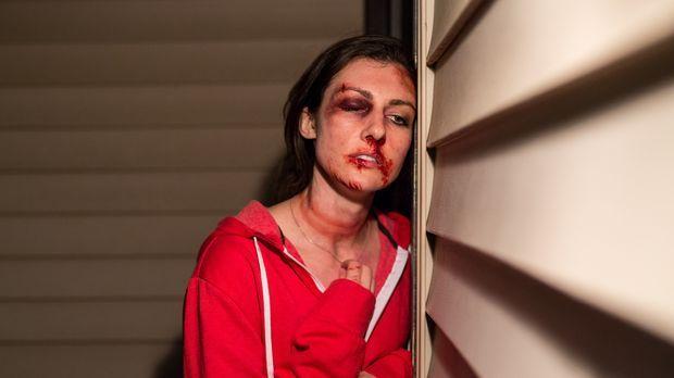 Carrie (Ashley Armstrong) wird auf dem Heimweg von einem Barbesuch entführt u...