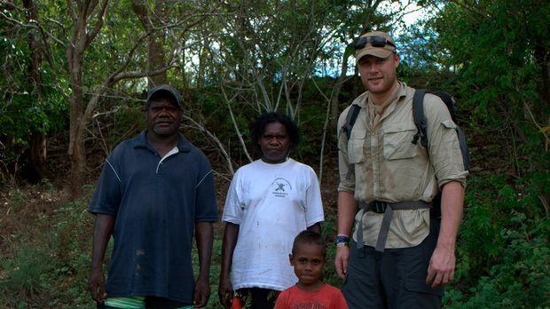 Die Aborigines Joseph (l.), Connie (2.v.l.) und ihr Enkel Moses (vorne) begle...