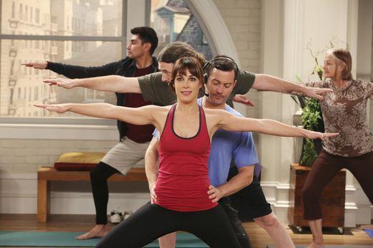 Odd Couple - Als Felix (Thomas Lennon, vorne r.) spontan eine Yogastunde unte...