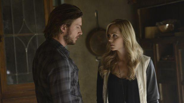 Während Elena (Laura Vandervoort, r.) verzweifelt versucht, eine Spur zu dem...
