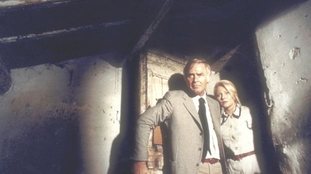 Kommissar Barth (Joachim Fuchsberger, l.) und Herta (Karin Baal, r.) machen i...