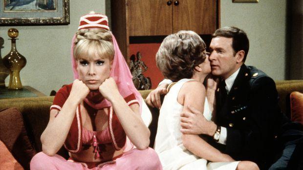 Roger (Bill Daily, r.) rät Jeannie (Barbara Eden, l.), so zu tun, als sei sie...
