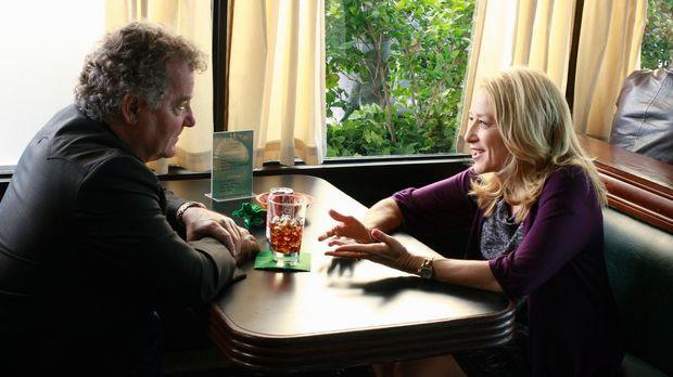 Was hackt Holly (Patricia Wettig, r.) zusammen mit Dennis (Peter Gerety, l.)...