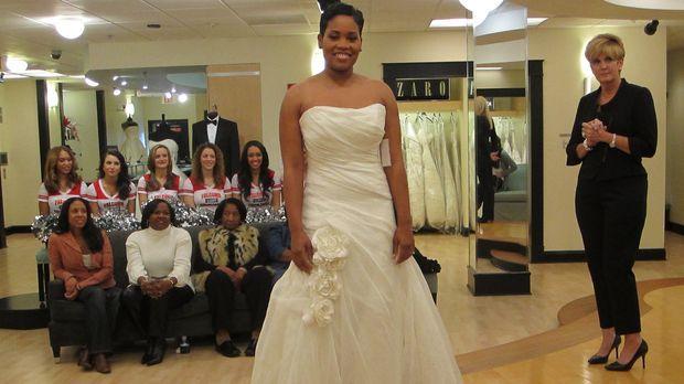 Braut Chato geht auf Nummer sicher und lässt sich beim Kauf ihres Kleides von...