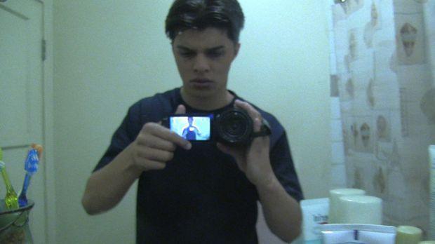 Aus Neugierde bricht der Teenager Jesse (Andrew Jacobs) in die Wohnung einer...