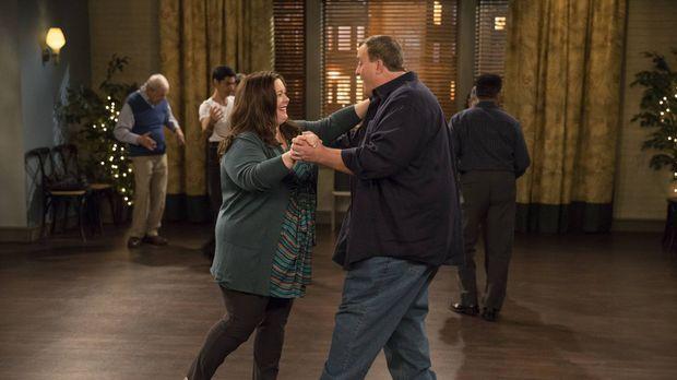 Mike (Billy Gardell, r.) bittet Carl darum, für ihn als Ersatz zur Salsa-Tanz...