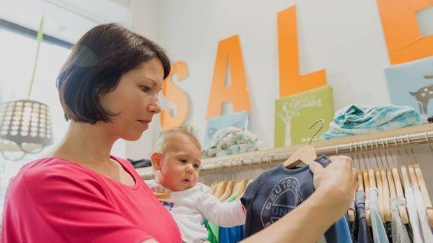 Babykleidung kaufen 1_dpa