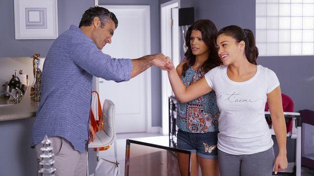 Xo (Andrea Navedo, M.) und Jane (Gina Rodriguez, r.) finden den Verlobungsrin...