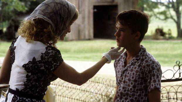 Mae (Kyra Sedgwick, l.) schickt ihren Sohn Walter (Haley Joel Osment, r.) in...