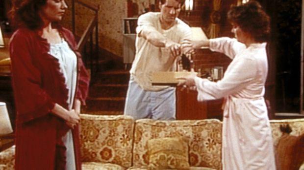 Nachdem Al (Ed O'Neill, M.) den Wachhund erschossen hat, drängen Peggy (Katey...