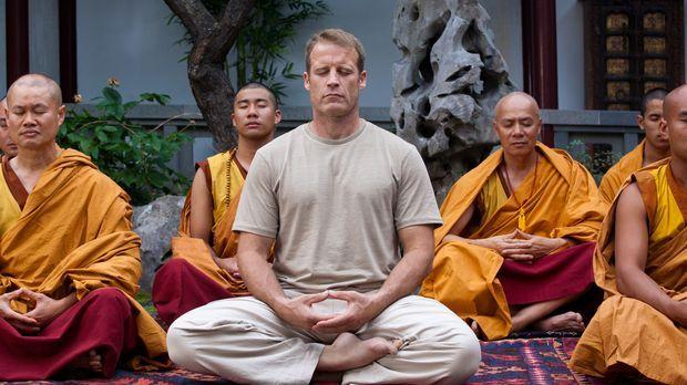 Will sein Leben zu ändern und zieht sich deshalb in ein buddhistisches Kloste...