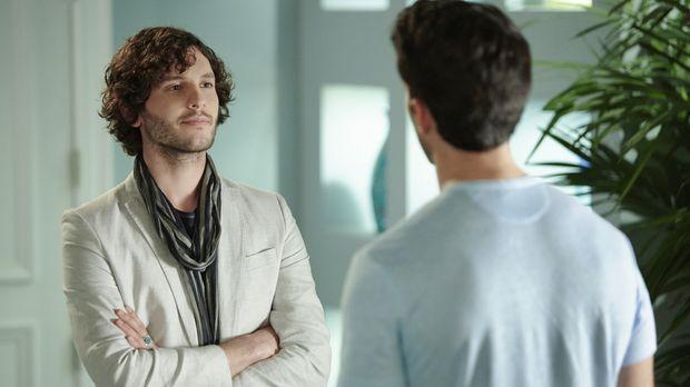 Während Petra nicht viel am Mutter sein interessiert ist, taucht Derek (Mat V...