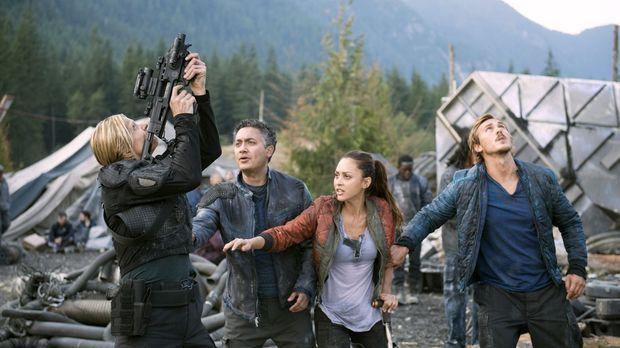 Während Sinclair (Alessandro Juliani, 2.v.l.), Raven (Lindsey Morgan, 2.v.r.)...