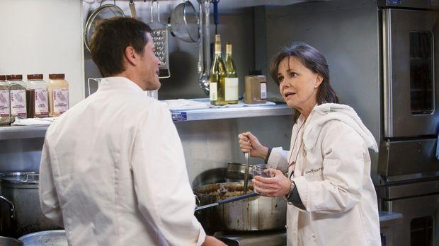 Anfangs will Nora (Sally Field, r.) die Hilfe von Robert (Rob Lowe, l.) nicht...