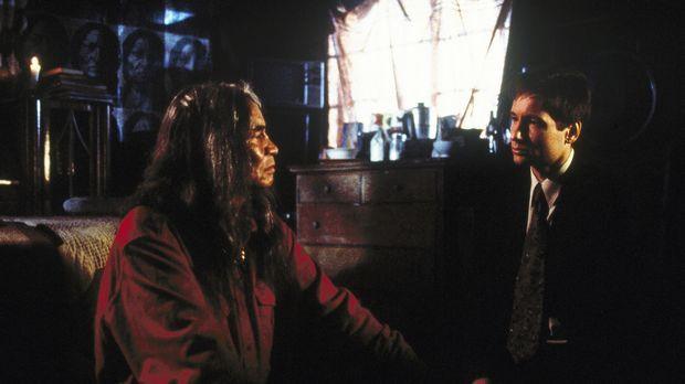 Mulder (David Duchovny, r.) erfährt von dem Trego-Indianer Ish (Jimmy Herman,...
