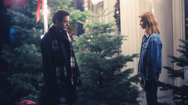 Während Ally (Calista Flockhart, r.) Weihnachten liebt, gesteht  Larry (Rober...