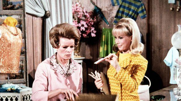 Jeannie (Barbara Eden, r.) erzählt beim Kauf eines Kleides für Rogers 'Mod Pa...
