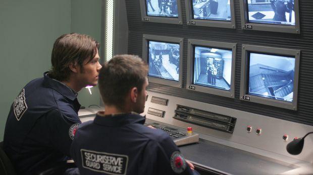 Sam (Jared Padalecki, l.) und Dean (Jensen Ackles, r.) Winchester untersuchen...
