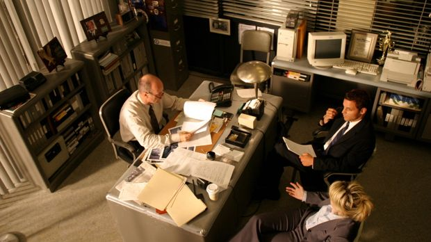 Chris Lassing (Justin Chambers, hinten r.) und Det. Lilly Rush (Kathryn Morri...