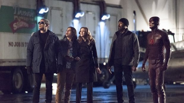 Als Cisco (Carlos Valdes, 2.v.l.), Caitlin (Danielle Panabaker, M.), Joe (Jes...