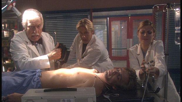 Dr. Sloan (Dick Van Dyke, l.) und seine Kollegen versuchen, Max (Rob Moore, l...