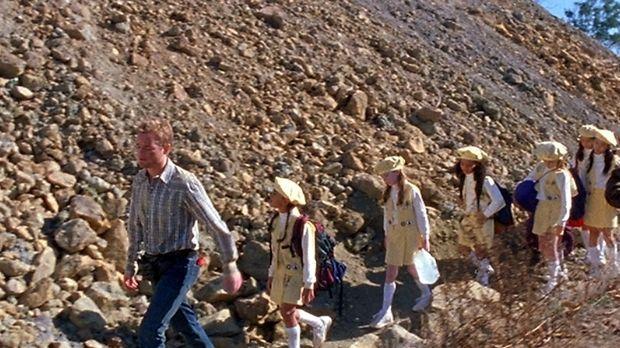 Francis (Christopher Masterson, l.) muss auf eine Mädchen-Pfadfindertruppe au...