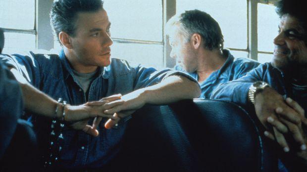 Während eines Gefängnistransports, plant Sam Gillen (Jean-Claude van Damme, r...
