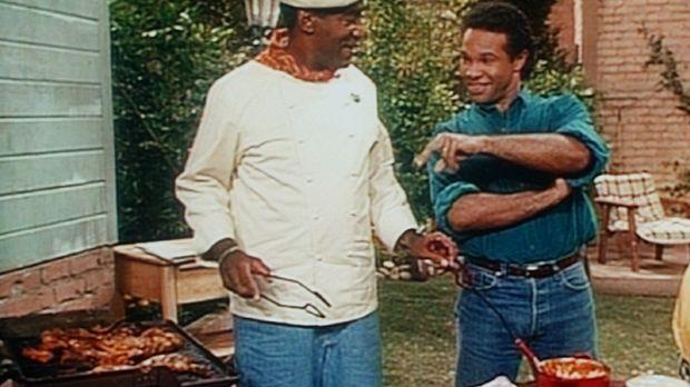 Elvin (Geoffrey Owens, r.) beobachtet Cliff (Bill Cosby, l.) beim Kochen, den...