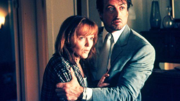 Richies Witwe wurde überfallen. Jack Carter (Sylvester Stallone, r.) tröstet...
