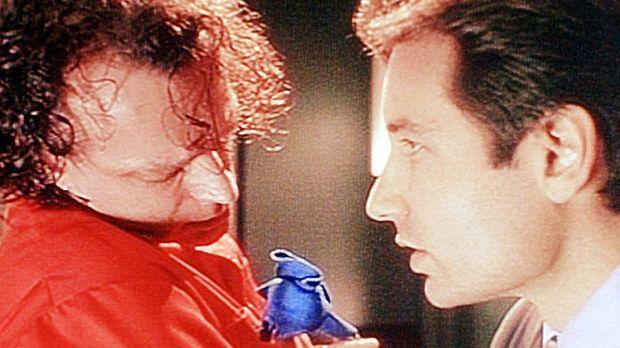 Mulder (David Duchovny, r.) verhört den zum Tode veruteilten Luther Boggs (Br...