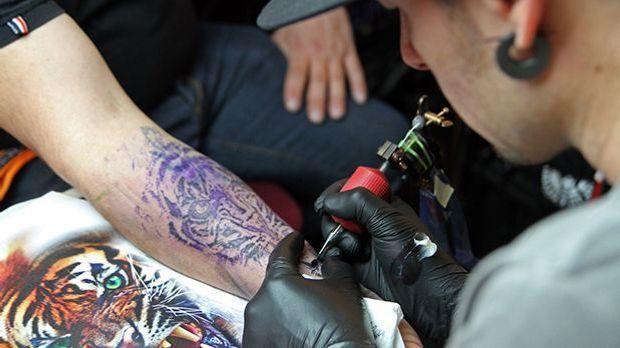Tattoos könnten tatsächlich Einfluss auf die Abwehrkräfte des Körpers haben.