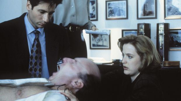 Besessen von einem außerirdischen Wesen, versuchen Mulder (David Duchovny, l....