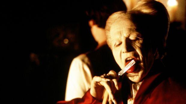 Nachdem Graf Dracula (Gary Oldman) von der hübschen Mina erfährt, macht er si...
