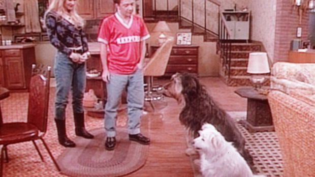 Kelly (Christina Applegate, l.) und Bud (David Faustino, r.) bewundern Bucks...