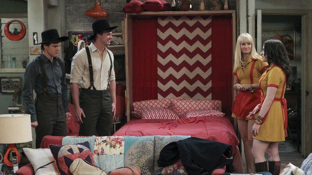 Als Caroline (Beth Behrs, 2.v.r.) und Max (Kat Dennings, r.) die beiden Armis...