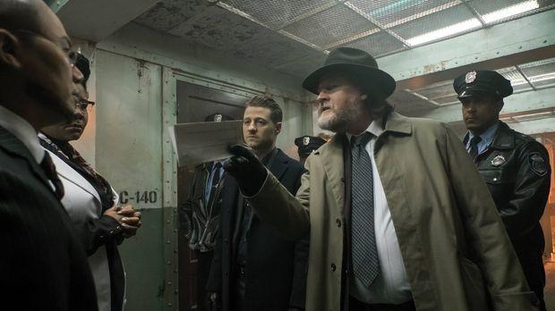 Bullock (Donal Logue, 2.v.r.) und Gordon (Ben McKenzie, M.) sind auf der Such...