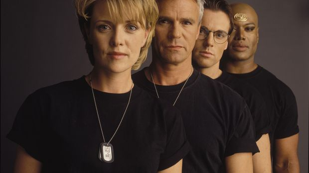 (4. Staffel) - Sam (Amanda Tapping, l.), Jack (Richard Dean Anderson, 2.v.l.)...