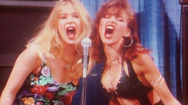 Kelly (Christina Applegate, l.) präsentiert in ihrer Talkshow die Rockröhre J...