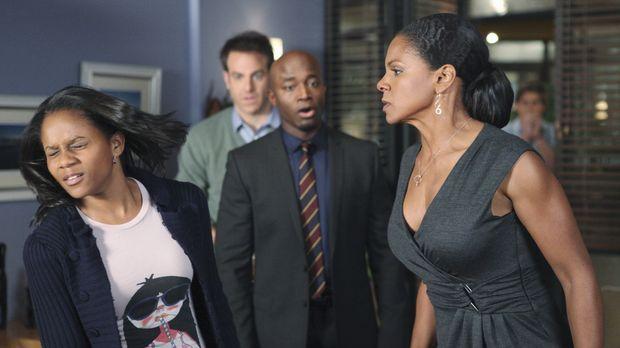 Als herauskommt, dass Maya (Geffri Maya, l.) schwanger ist, bricht für Naomi...
