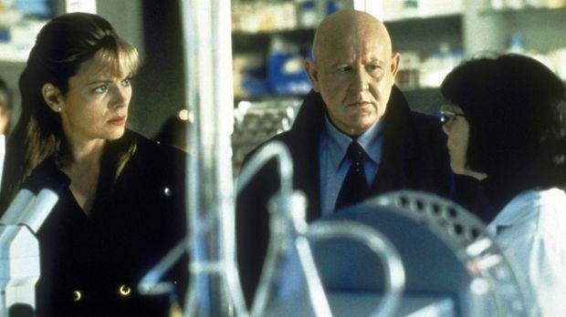 Dr. Lucy Cole (Teryl Rothery, r.) hat aus Nervenzellen des inzwischen verstor...