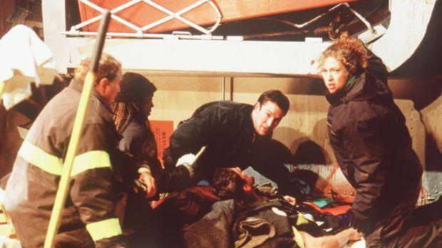 Carter (Noah Wyle, M.) und Corday (Alex Kingston, r.) versuchen, einen Feuerw...