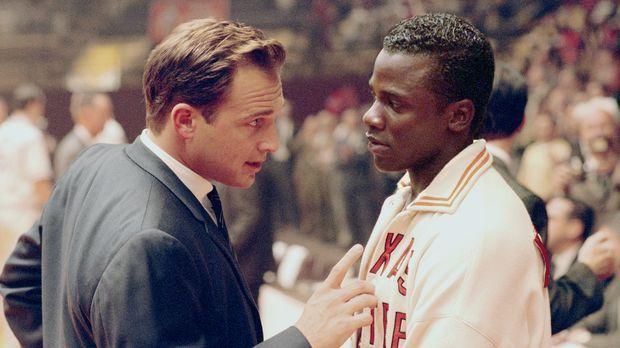Bei der Wahl der besten Basketballspieler der Uni in El Paso ist dem Trainer...