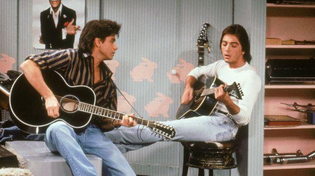 Als sein alter Freund und ehemaliges Bandmitglied Pete Bianco (Scott Baio, r....