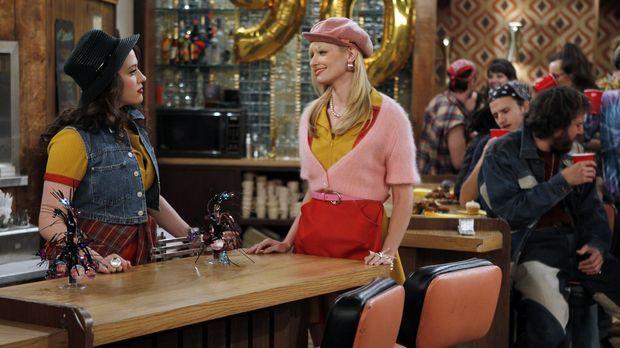 Die von den beiden Kellnerinnen Max (Kat Dennings, l.) und Caroline (Beth Beh...