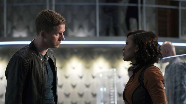 Dash (Stark Sands, l.) und Vega (Meagan Good, r.) können den Mord an dem Bank...
