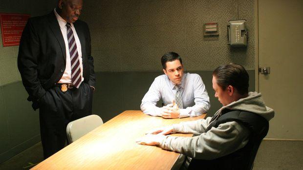 Det. Scott Valens (Danny Pino, M.) und Det. Will Jeffries (Thom Barry, l.) ve...